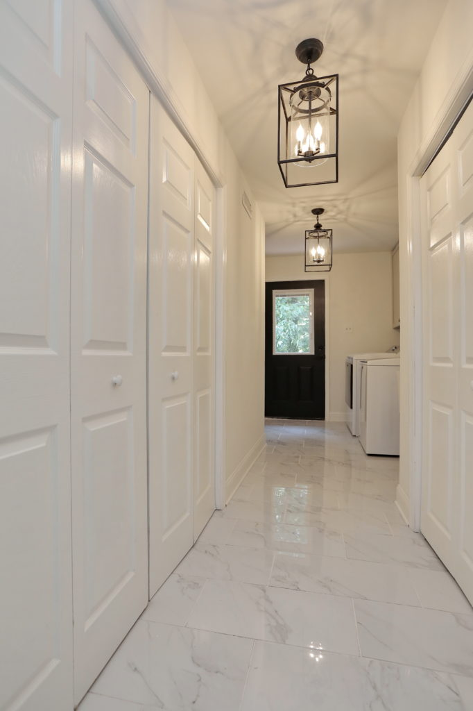 Bright & Light Laundry Room with Marble Style Porcelain Tile Flooring